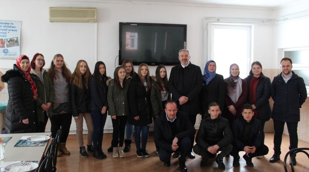 Ured za društvenu brigu: Uručeno 10 stipendija za učenike iz Internatskog smještaja u Potočarima